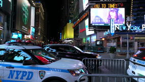 Den New York polisbilen står förbi på Times Square New York i aftonen stock video