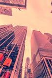 Den New York skyskrapavewen från gatanivå Fotografering för Bildbyråer