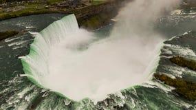 Den Niagra floden klipper igenom Förenta staterna och Kanada på nedgångarna arkivbilder