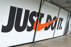 Den Nike logoen och det Nike mottot royaltyfri foto