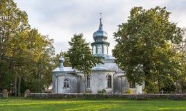 Den Nina kyrkan bland träden arkivbild