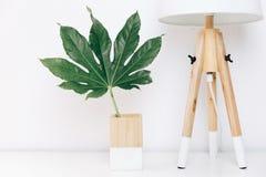 Den nordiska lampan och det tropiska bladet, den enkla dekoren anmärker, skandinavet Arkivfoto