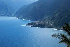 Den nordvästliga kusten var bergen i norden av ön av madeiran möter Atlanticet Ocean Arkivbilder