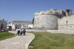 Den norman slotten i Monte Sant ` Angelo, Apulia italy Arkivfoto