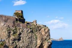 Den normandiska slotten i Aci Castello och Cyclopean vaggar arkivbilder