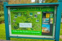 DEN NORR ÖN, NYA SJÄLLAND MAY 16, 2017: Ett informativt tecken av den Karangahake klyftan, i den norr ön, i Nya Zeeland Royaltyfri Fotografi