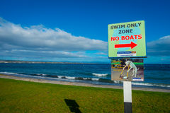 DEN NORR ÖN, NYA SJÄLLAND MAY 18, 2017: Ett informativt tecken av fartyget för zon för bad som endast inte lokaliseras på Taupo,  Royaltyfri Fotografi