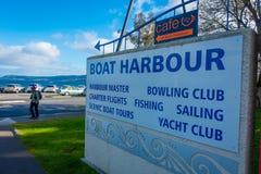 DEN NORR ÖN, NYA SJÄLLAND MAY 18, 2017: Ett informativt tecken av fartyghamnen i den härliga sjön Taupo, norr ö Arkivbild