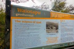 DEN NORR ÖN, NYA SJÄLLAND MAY 18, 2017: Ett informativt tecken av geotermisk gyttja för waitapu, norr ö av Nya Zeeland in Royaltyfri Foto