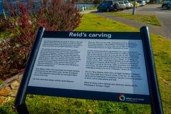 DEN NORR ÖN, NYA SJÄLLAND MAY 18, 2017: Ett informativt tecken av Reid s som snider i den härliga sjön Taupo, norr ö Arkivfoto