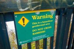DEN NORR ÖN, NYA SJÄLLAND MAY 18, 2017: Ett informativt tecken av varning till in i geotermisk gyttja för waitapu, norr ö av Royaltyfri Fotografi