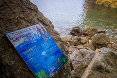 DEN NORR ÖN, NYA SJÄLLAND MAY 16, 2017: Härlig stenig strand med ett informativt tecken, i domkyrkaliten vikflotta Fotografering för Bildbyråer