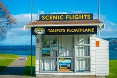 DEN NORR ÖN, NYA SJÄLLAND MAY 18, 2017: Informativ kabinod-landning på Taupo Nya Zeeland Arkivfoto