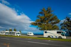 DEN NORR ÖN, NYA SJÄLLAND MAY 18, 2017: Några bussar parkerade nästan hamnplatsen och loveleysikt av sjön Taupo med Fotografering för Bildbyråer