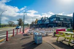 DEN NORR ÖN, NYA SJÄLLAND MAY 18, 2017: Stor svart restaurang framme av den härliga sjön Taupo, norr ö av nytt Royaltyfria Bilder