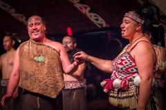DEN NORR ÖN, NYA SJÄLLAND MAY 17, 2017: Tamaki Maori par med den traditionellt tatooed framsidan i traditionell klänning på Royaltyfri Fotografi
