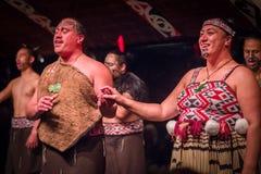 DEN NORR ÖN, NYA SJÄLLAND MAY 17, 2017: Tamaki Maori par med den traditionellt tatooed framsidan i traditionell klänning på Royaltyfria Bilder