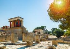 Den norr ingången av slotten med den laddande tjurfreskomålningen i Knossos på Kreta, Grekland Arkivfoto