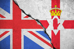 Den norr Irland flaggan på den brutna väggen och halva Storbritannien sjunker, norr Irland röstar folkomröstningen för utgång som Arkivbild