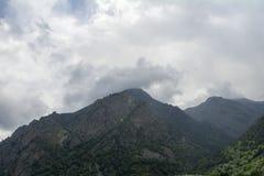 Den norr Kaukasus Elbrus regionen, blasten av berg döljas av moln Royaltyfria Bilder