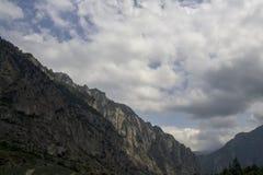 Den norr Kaukasus Elbrus regionen, blasten av berg döljas av moln, ravin Fotografering för Bildbyråer