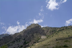 Den norr Kaukasus Elbrus regionen, vit fördunklar blå himmel Royaltyfri Fotografi