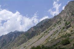 Den norr Kaukasus Elbrus regionen, vit fördunklar blå himmel Royaltyfri Foto