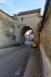 Den norr porten i den medeltida byn Noyers-sur-Serein Arkivfoto