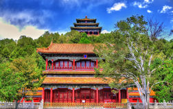 Den norr porten och Wanchun paviljongen i Jingshan parkerar - Peking Royaltyfri Foto