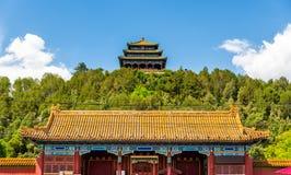 Den norr porten och Wanchun paviljongen i Jingshan parkerar - Peking Royaltyfria Bilder
