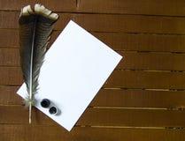 Den nostalgiska pennan och papperet för fågelfjäder Royaltyfri Bild