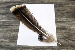 Den nostalgiska pennan och papperet för fågelfjäder Arkivbild