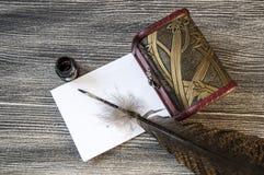 Den nostalgiska pennan och papperet för fågelfjäder Royaltyfria Bilder