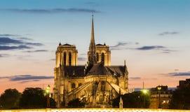 Den Notre Dame domkyrkan i afton, Paris, Frankrike Royaltyfri Fotografi