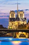 Den Notre Dame domkyrkan i afton, Paris, Frankrike Royaltyfria Bilder