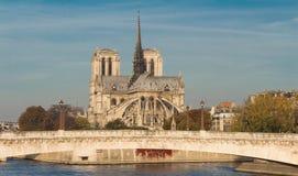 Den Notre Dame domkyrkan och ponten de la Tournelle, Paris, franc Arkivbild