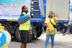 Den Notting Hill karnevalet, händelsearbetarna oroar, medan stå bredvid lastbilen royaltyfri bild
