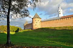 Den Novgorod Kreml står högt i kulör höstsolnedgång i Veliky Novgorod, Ryssland Royaltyfri Foto
