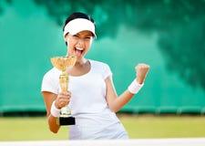 Den nätt tennisspelaren segrade konkurrensen Arkivbilder