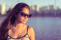 Den nätta unga kvinnan i fundersamt poserar Arkivfoto