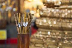 Den numrerade Siam-se bambu Skaka för att förutsäga framtiden tempel thailand Arkivbilder