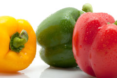 Den ny gulingen, apelsinen och paprika med bevattnar tappar isolerat på vitbakgrund Royaltyfri Fotografi