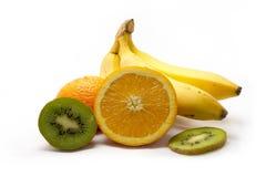 Den nya apelsinen klippte i halva, bananer och kiwi Royaltyfri Bild