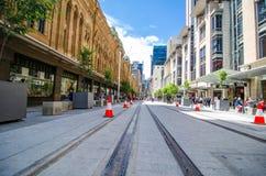 Den nya blicken av George Street, när den ljusa stånglinjen byggs, remsan för den huvudsakliga gatan ska pedestrianiseds och vand royaltyfri fotografi