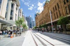 Den nya blicken av George Street, när den ljusa stånglinjen byggs, remsan för den huvudsakliga gatan ska pedestrianiseds och vand arkivfoton