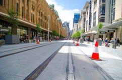 Den nya blicken av George Street, när den ljusa stånglinjen byggs, remsan för den huvudsakliga gatan ska pedestrianiseds och vand royaltyfri foto