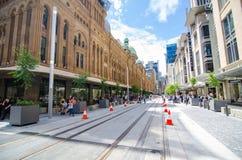 Den nya blicken av George Street, när den ljusa stånglinjen byggs, remsan för den huvudsakliga gatan ska pedestrianiseds och vand royaltyfri bild