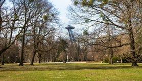 Den nya bropylonen med den ovannämnda uforestaurangen parkerar treetops, Bratislava, Slovakien Royaltyfri Foto