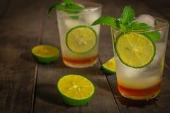 Den nya drinken för isHoney Lemon sodavatten på trätabellen där är citronskivan och samma objekt som omkring förläggas royaltyfri bild