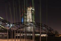 Den nya ECBEN EZB i Frankfurt, Tyskland på natten Royaltyfri Fotografi